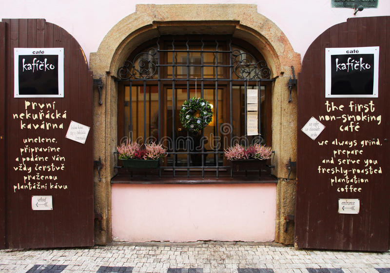 Prague Tjeckien - Januari 27, 2014: café i Prague Den original- designen arkivbilder