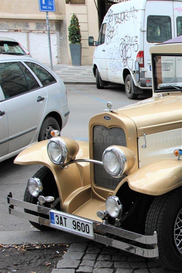 Prague Tjeckien, Januari 2015 Ett fragment av en gammal bil bland moderna på gatan av den gamla staden arkivbild