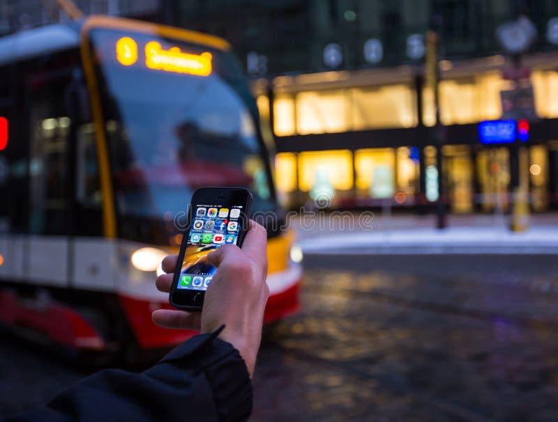 PRAGUE TJECKIEN - JANUARI 5, 2015: Ett närbildfoto av skärmen för start för Apple iPhone 5s med appssymboler arkivfoton