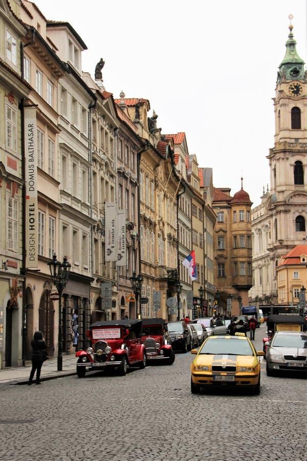 Prague Tjeckien, Januari 2015 Historisk gata i övrestaden och bilar på den arkivfoto