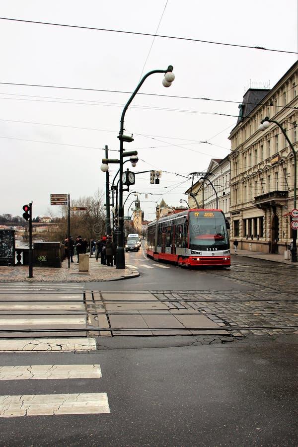 Prague Tjeckien, Januari 2015 Invallning av den Vltava floden, trottoaren, spårvagnen och folket på gatan royaltyfri fotografi