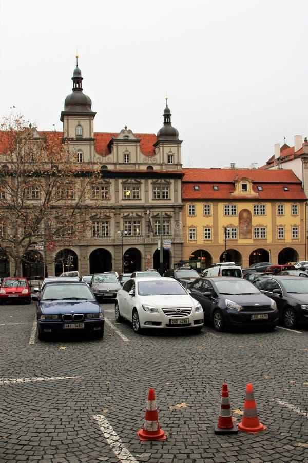 Prague Tjeckien, Januari 2015 Parkera bilar på fyrkanten i den gamla staden royaltyfria bilder