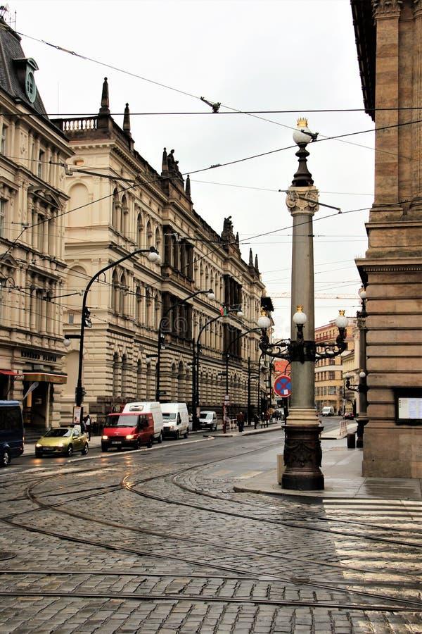 Prague Tjeckien, Januari 2015 Sikt av gatan i mitten, en härlig kolonn med lampor på hörnet royaltyfri bild
