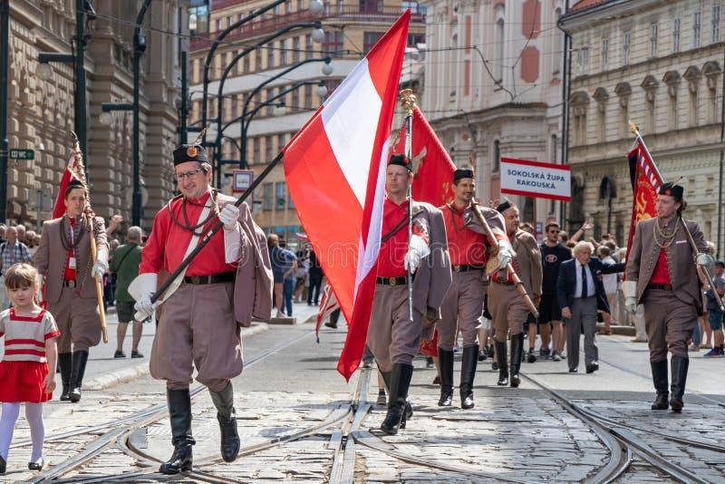 PRAGUE TJECKIEN - JULI 1, 2018: Österrikiska besökare som ståtar på Sokolsky Slet, när-varje-sex-år samla av Sokolen arkivbild