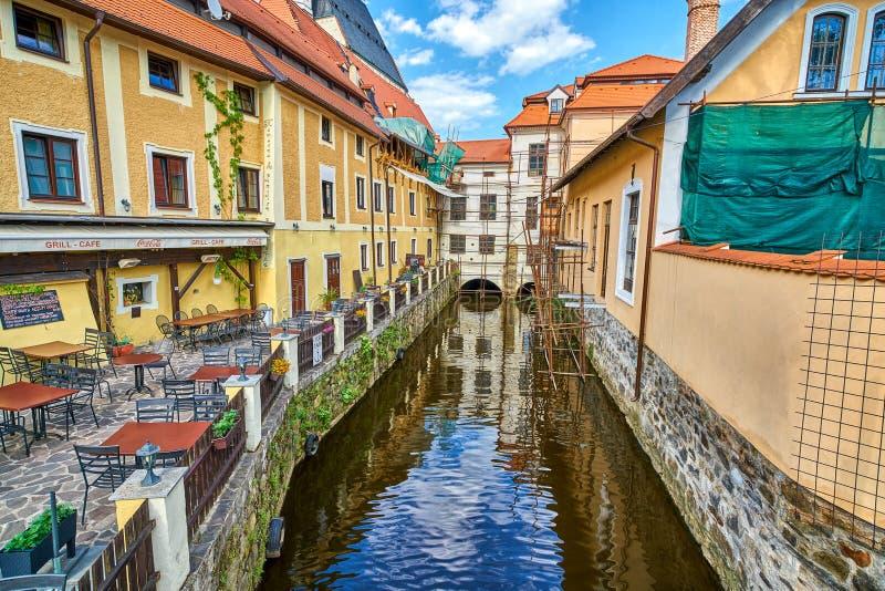 PRAGUE TJECKIEN - JUNI 13 2017: En kanal av den Vltava floden med gammal arkitektur och den pittoreska restaurangen som sett royaltyfria bilder