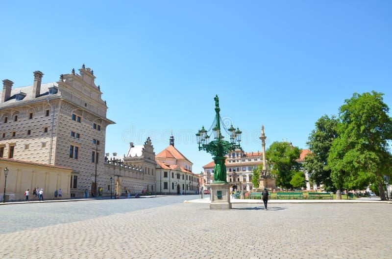 Prague Tjeckien - Juni 27th 2019: Härlig Hradcany fyrkant, i den tjeckiska Hradcanske namestien som lokaliseras bredvid berömda P arkivbilder