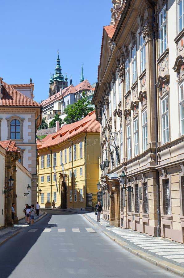 Prague Tjeckien - Juni 27th 2019: Härliga gator i Mala Strana, Lesser Town av Prague Historisk mitt av tjecken royaltyfri bild