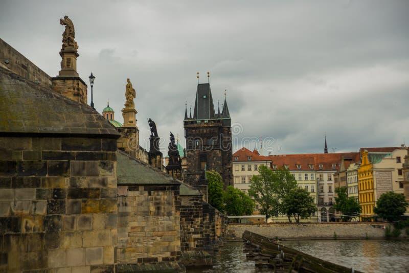 Prague Tjeckien: Karluv mest den berömda härliga och forntida Charles bron, ett populärt ställe för turister royaltyfri foto