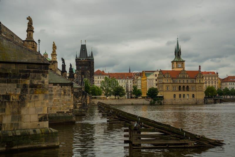 Prague Tjeckien: Karluv mest den berömda härliga och forntida Charles bron, ett populärt ställe för turister royaltyfri fotografi