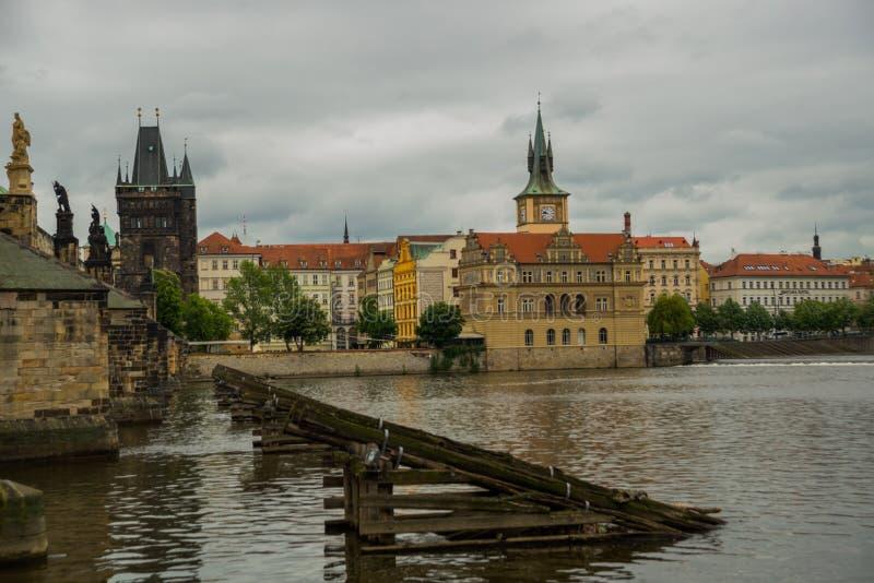 Prague Tjeckien: Karluv mest den berömda härliga och forntida Charles bron, ett populärt ställe för turister royaltyfria bilder