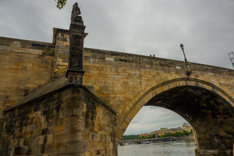 Prague Tjeckien: Karluv mest den berömda härliga och forntida Charles bron, ett populärt ställe för turister royaltyfri bild