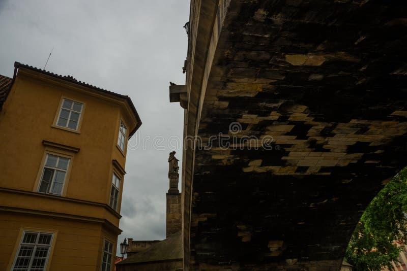 Prague Tjeckien: Karluv mest den berömda härliga och forntida Charles bron, ett populärt ställe för turister arkivbilder