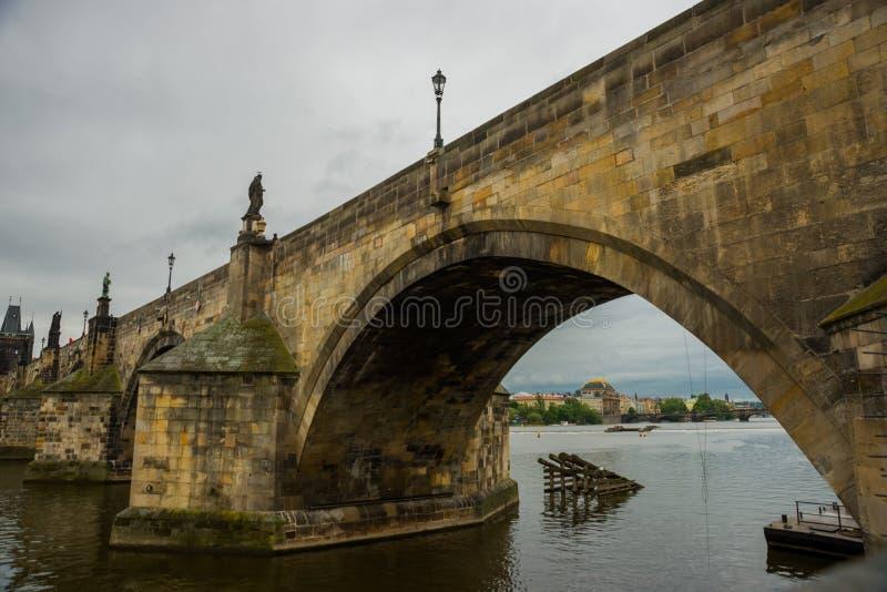 Prague Tjeckien: Karluv mest den berömda härliga och forntida Charles bron, ett populärt ställe för turister royaltyfria foton