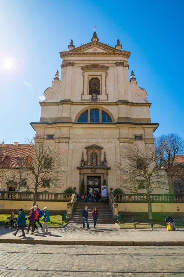 Prague Tjeckien - 09 04 2018: Kyrka av den jungfruliga Maryen av segern på den Carmelite gatan i Prague arkivfoto