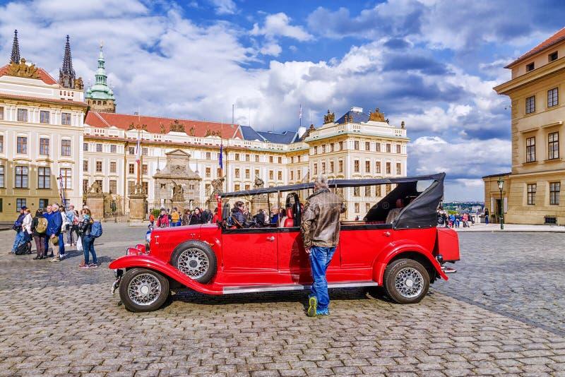 Prague TJECKIEN - MAJ 17, 2016: En röd retro bil på det sq fotografering för bildbyråer