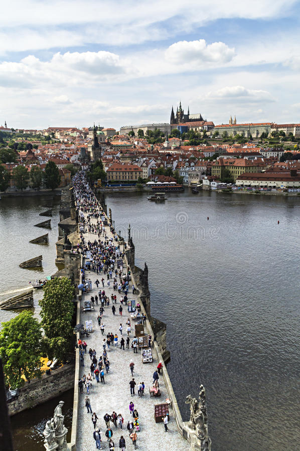 PRAGUE TJECKIEN - MAJ 2015: Folk som går på Charlesen royaltyfria foton