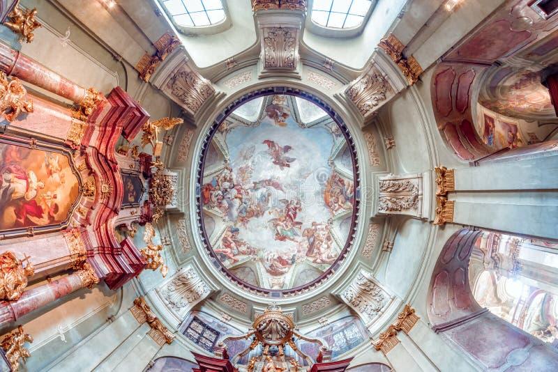 PRAGUE TJECKIEN - MAJ 19, 2017: Inre kupol av Baroen arkivfoton