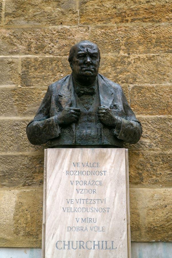 Prague Tjeckien - Maj 9 2018: Winston Churchill Memorial Statue i slottområdet av Prague royaltyfri foto