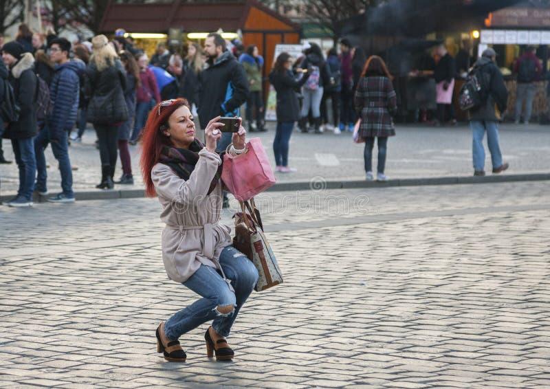 Prague Tjeckien - mars 15, 2017: Turister som tar bilder av den berömda medeltida astronomiska klockan i Prague royaltyfri foto