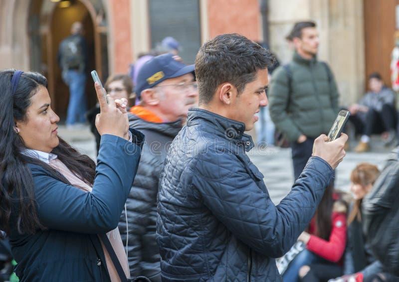 Prague Tjeckien - mars 15, 2017: Turister som tar bilder av den berömda medeltida astronomiska klockan i Prague arkivfoton
