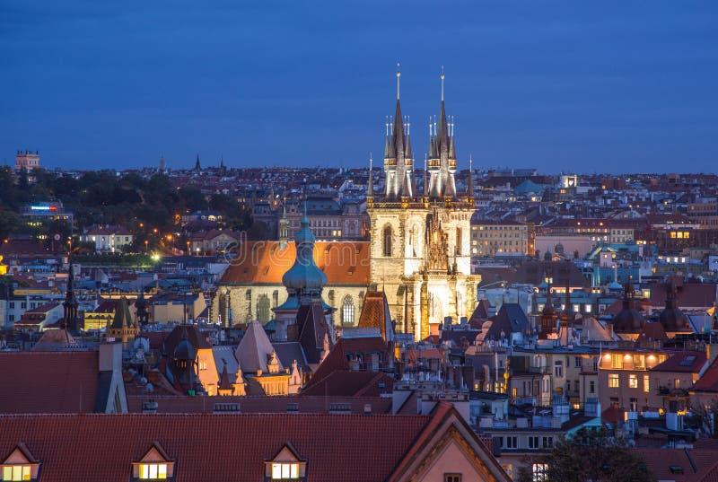 Prague Tjeckien - Oktober 6, 2017: Härlig aftontaksikt på Tyn den kyrkliga och gamla stadfyrkanten, Prague, Tjeckien royaltyfri bild