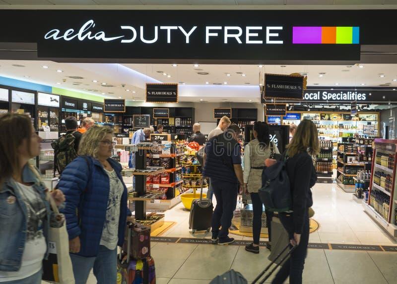 PRAGUE TJECKIEN, September 21, 2018: Folket som shoping i tullfria Aelia, shoppar på den Prague flygplatsen arkivfoton