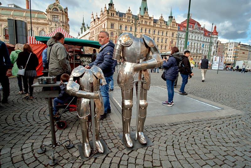 Prague Tjeckien, September 15, 2017: riddaredräkter på fyrkanten för central marknad av gamla Praga fotografering för bildbyråer