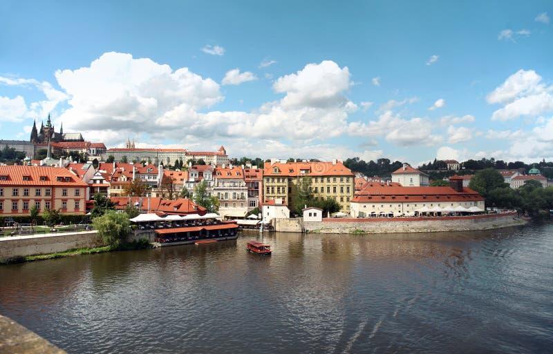 Prague Tjeckien, sikt av den Prague slotten, Vltava flod från Charles Bridge royaltyfria foton