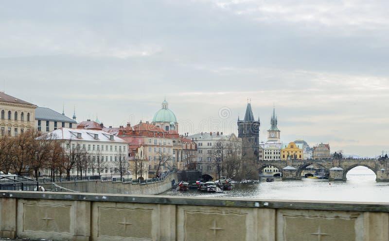 Prague Tjeckien, sikt av invallningen på den Charles bron arkivfoton