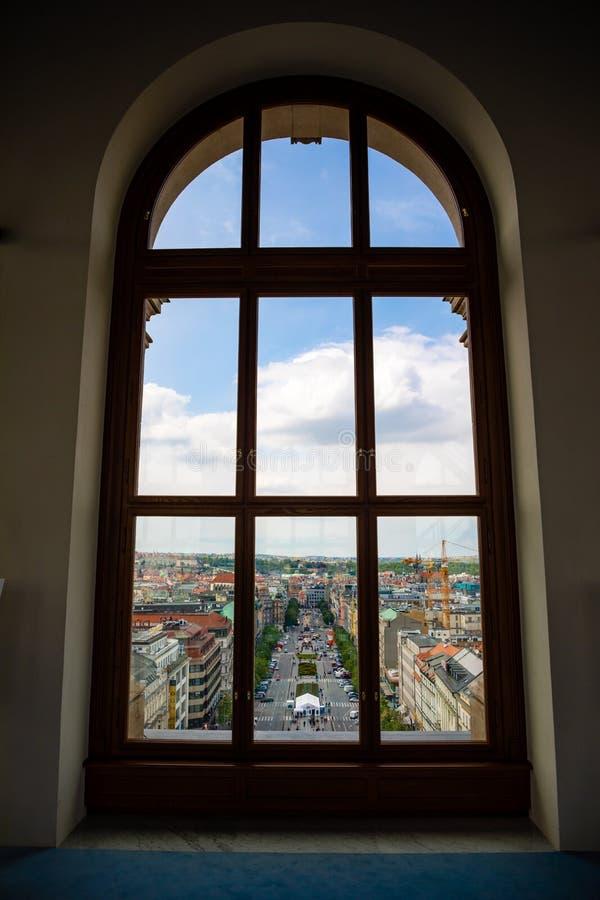 Prague Tjeckien - 6 05 2019: Sikt fr?n f?nster av det nationella museet p? Wenceslas Square i Prague, Tjeckien arkivbilder