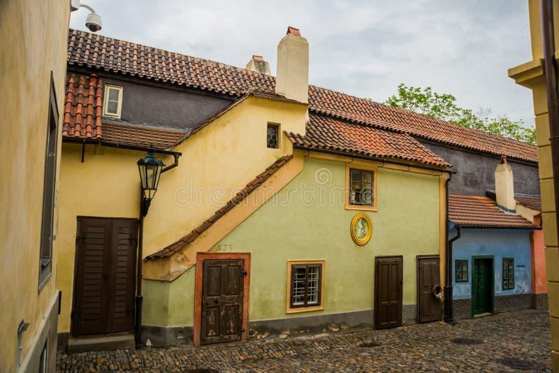 PRAGUE TJECKIEN: Små hus på guld- gatainsida av den Hrandcany slotten, Prague, Tjeckien Zlata ulicka arkivbilder