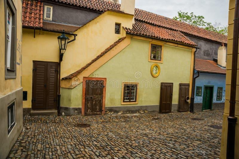 PRAGUE TJECKIEN: Små hus på guld- gatainsida av den Hrandcany slotten, Prague, Tjeckien Zlata ulicka arkivbild