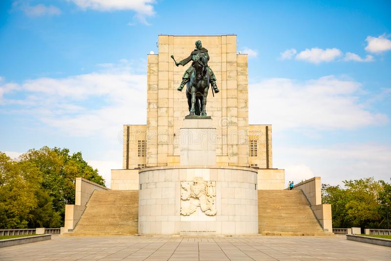 Prague Tjeckien - 6 05 2019: Statyn av Jan Zizka uppe p? av den nationella monumentet p? Vitkov parkerar i det Zizkov omr?det royaltyfria foton