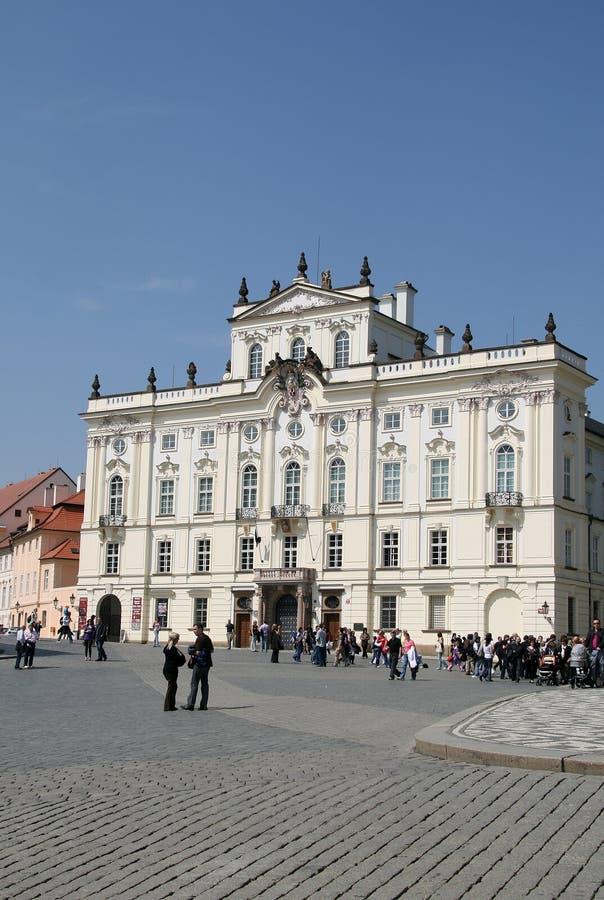 Prague tjeckisk republik Ärkebiskop Palace, berömd byggnad på den huvudsakliga ingången av den Prague slotten royaltyfri fotografi