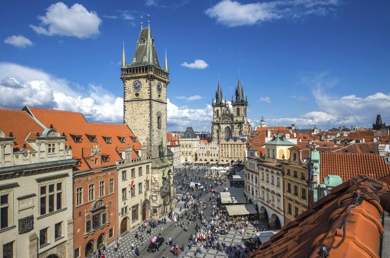 Prague tjeckisk republik Flyg- sikt över kyrka av vår dam för Tyn på den gamla stadfyrkanten Starometska i Praha royaltyfri fotografi