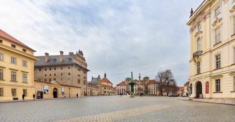 Prague tjeckisk republik Hradcany fyrkant framme av den Prague slotten arkivbild
