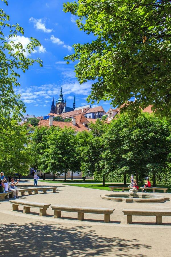 Prague trädgårdskuggor royaltyfri fotografi