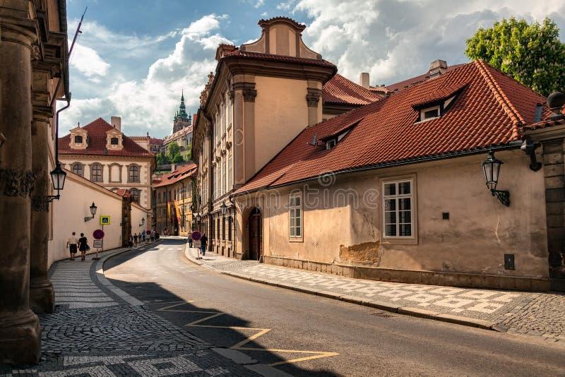 Prague vägg för gator för tegelstenstadsflicka för republiktown för cesky tjeckisk krumlov medeltida gammal sikt fotografering för bildbyråer