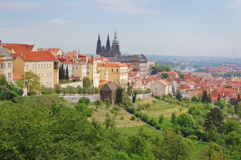 Prague Vår Beroun kullar för republiktown för cesky tjeckisk krumlov medeltida gammal sikt royaltyfri fotografi