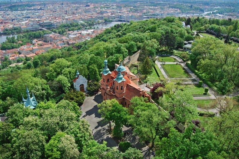 Prague Vår Kyrkliga Saint Laurent Utkik från det Petrin tornet royaltyfri foto