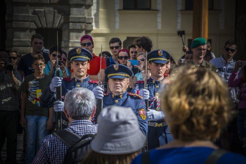 Prague - vakten av kontoret av presidenten av republiken arkivfoton