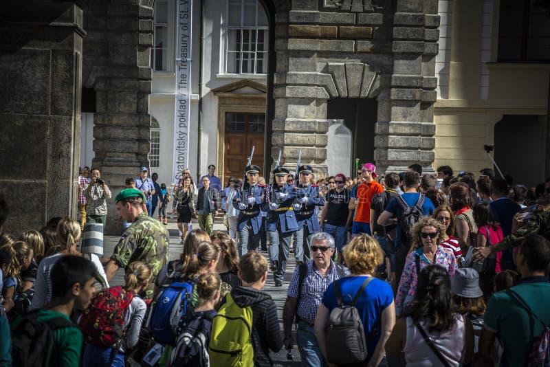 Prague - vakten av kontoret av presidenten av republiken fotografering för bildbyråer