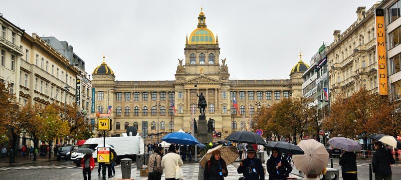 Praha, чехия - 28-ое октября 2018 - дождливый квадрат namesti Vaclavske во дне столетия основывать чехословацкого стоковое изображение