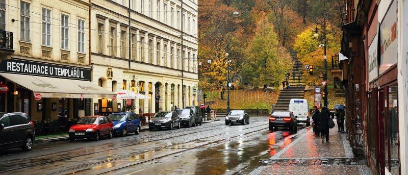Praha, Tsjechische republiek - 28 Oktober, 2018: auto's en mensen in Vitezna-straat dichtbij gedenkteken aan de slachtoffers van  stock foto's