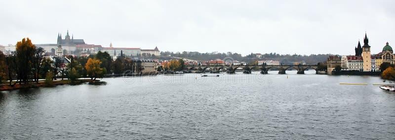 Praha, Tsjechische republiek - 28 Oktober, 2018: herfsthradcany en Karluv het meeste die Charles over Vltava-rivier overbrugt van stock fotografie