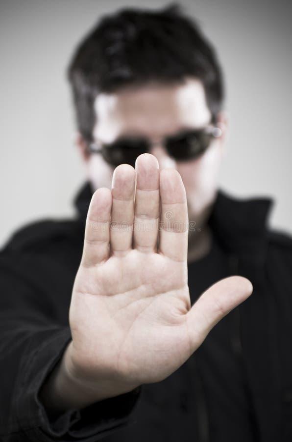 Prahler in den Gläsern macht Endgeste stockfoto