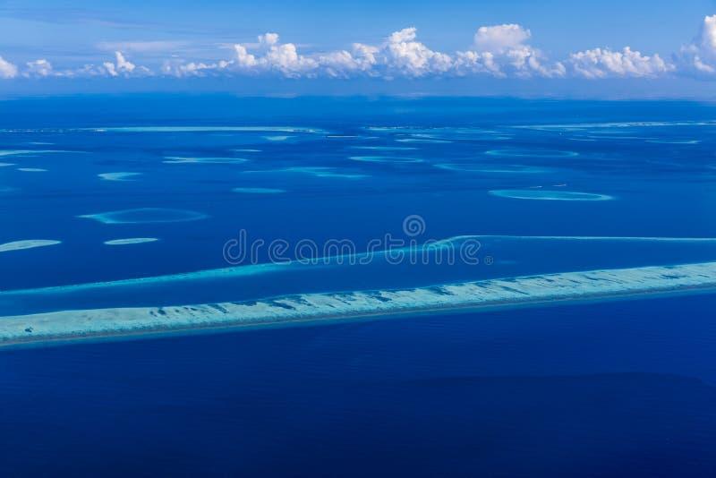 Praia aérea e mar azul em Maldivas Opinião do coral e da lagoa do céu imagem de stock