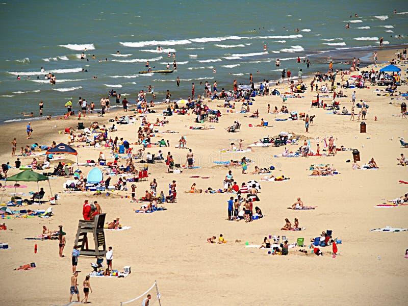 Praia aglomerada fotografia de stock