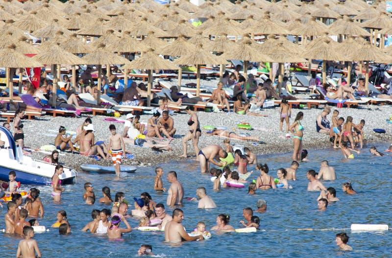Praia aglomerada imagens de stock
