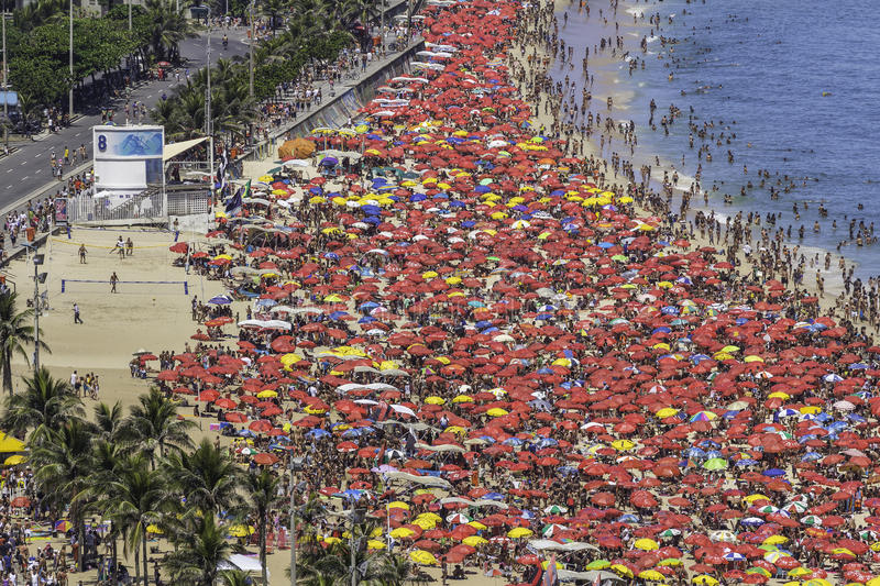 Praia aglomerada de Copacabana em Rio de janeiro fotos de stock royalty free